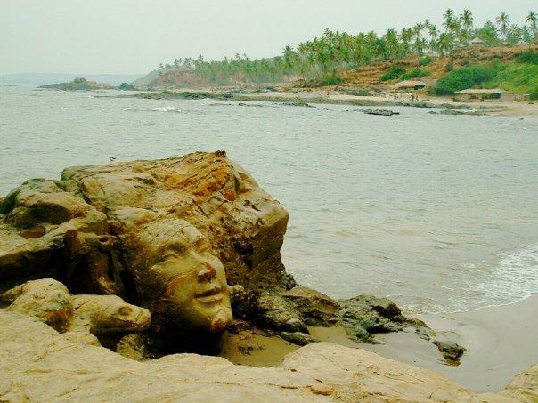 "Pantai ""Little Vagator"" dengan kepala Çiva di Chapora, Goa, India."