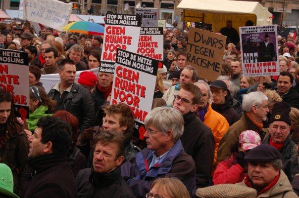 Demonstrasi di Alun2 Dam, mendukung masjarakat multikultural, anti kalangan ekstrim kanan