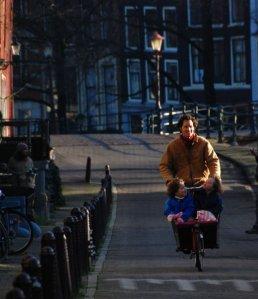 Sepeda: kendaraan vital di Amsterdam