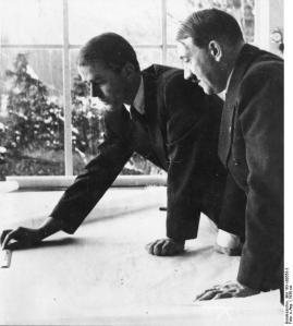 Speer memberi pendjelasan kepada Hitler soal Germania