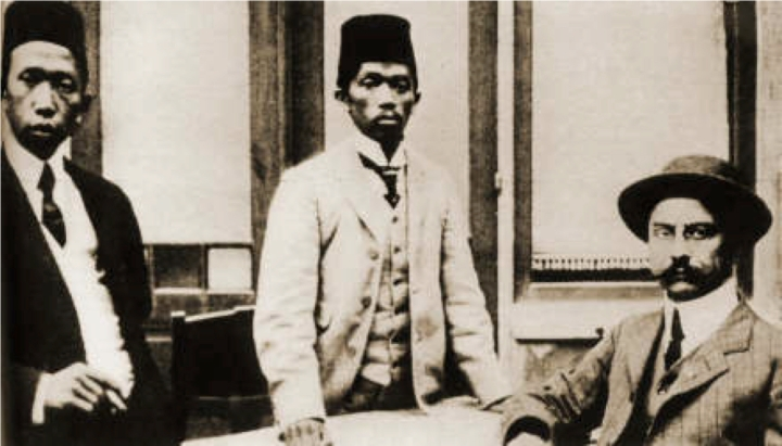 Soewardi Suryaningrat, Tjipto Mangoenkoesoemo dan Ernest Douwes Dekker, setiba di Belanda, Oktober 1913