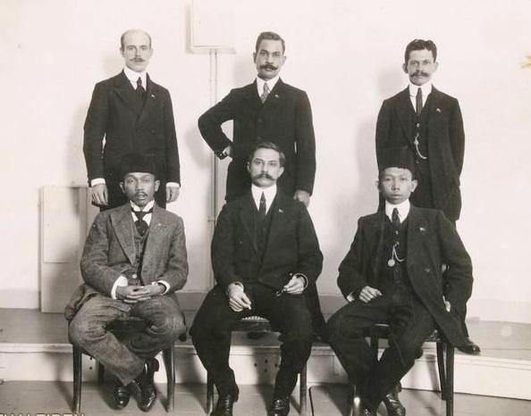 Pengurus Indische Partij: baris depan Tjipto Mangoenkoesoemo, Ernest Douwes Dekker dan Soewardi Suryaningrat