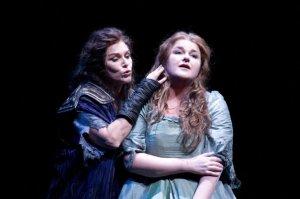 Elektra (kiri) sama Chrysothemis. Janice Baird peranin Elektra en Irmgard Vilsmaier Chrysothemis, pentas di Seattle Opera