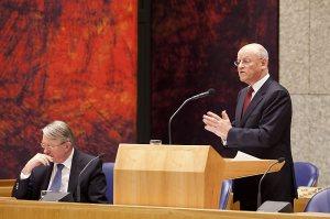 Menlu Uri Rosenthal di Depan Parlemen Belanda, jang duduk itu Menhan Hans Hillen