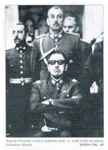 Laksana gangster: Pinochet dikelilingi pasukannja