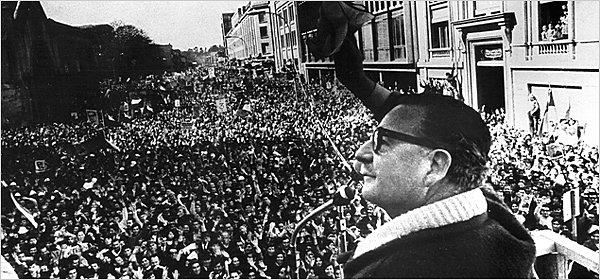 Salvador Allende di hadapan massa pendukung