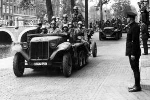 Pasukan Djerman berkeliaran di pinggir2 kanal Amsterdam