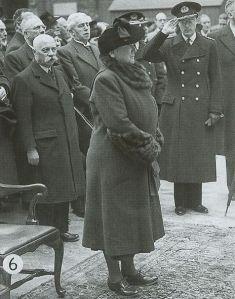 Ratu Wilhemina dan menantunja, Pangeran Bernhard (memberi hormat) di London 1940