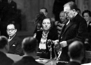 Ratu Juliana di antara Wapres Hatta dan PM Drees