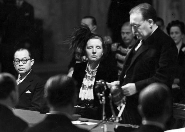 Ratu Juliana di antara Wakil Presiden Mohamad Hatta dan Perdana Menteri Willem Drees