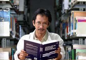 eko-endarmoko-pengarang-tesaurus-bahasa-indonesia