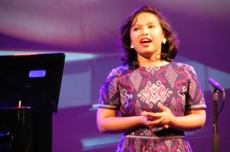 Bernadeta Astari di pentas TongTong Theater