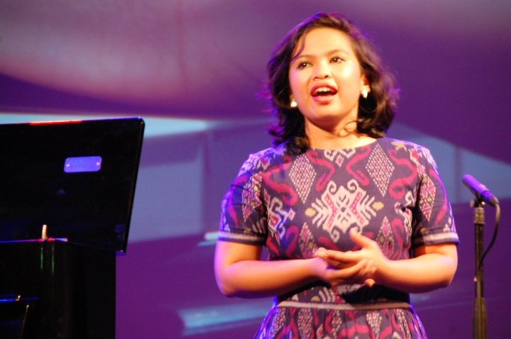 Bernadeta Astari di pentas TongTong Theater
