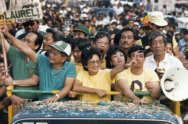 Cory Aquino dengan L artinja Laban