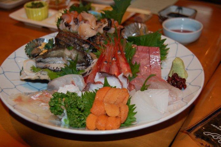 Ini puntjaknja, sashimi laut. Jang paling enak jang kuning2 itu, namanja bulu babi. Terus tongkolnja luar biasa, serasa leleh di lidah.