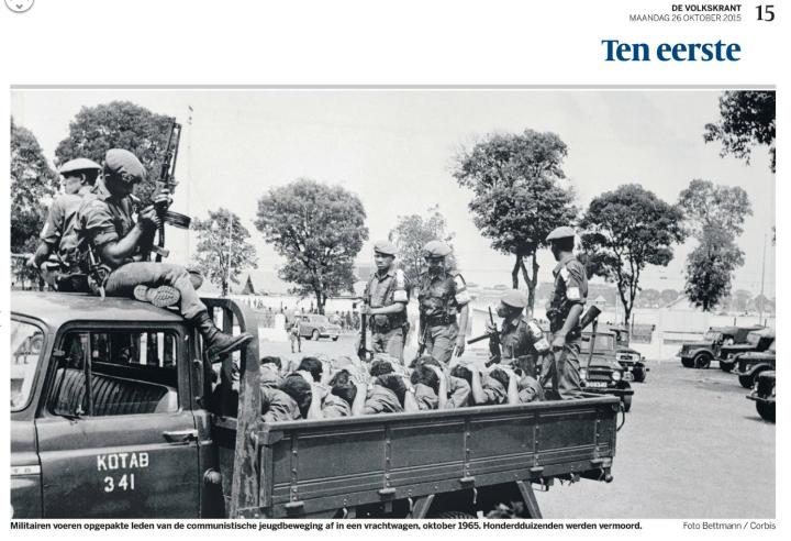 Tentara mengangkut anggota Pemuda Rakjat (onderbouw PKI) dalam prahoto, oktober 1965. Ratusan ribu dibunuh