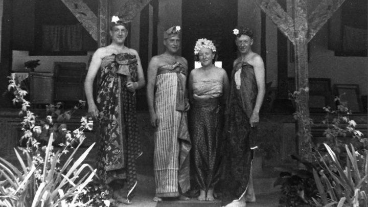Benjami Britten (kanan) dan Peter Pears (kiri) di Bali Djanuari 1956