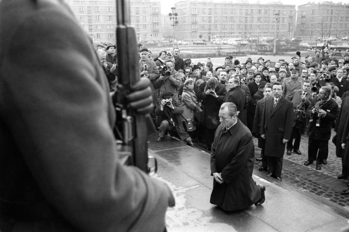 Kanselir Djerman Barat Willi Brandt berlutut di Warsawa pada achir 1970