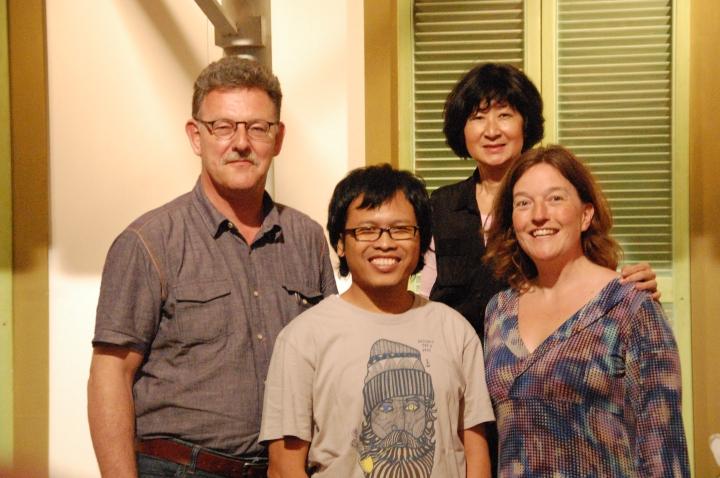Eka Kurniawan berdampingan dengan Hedda Vormeland (penerdjemah bahasa Norwegia), di belakang tampak Sven Aalten dan Maya Sutedja (penerdjemah bahasa Belanda)