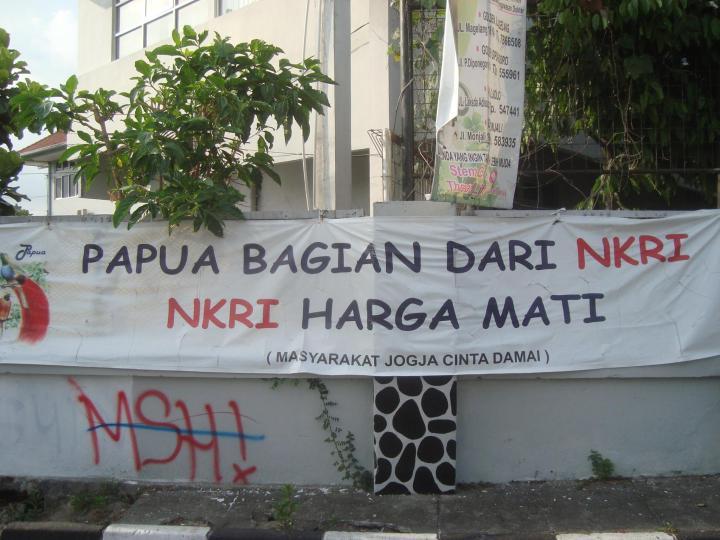 """Spanduk """"Papua dan NKRI Harga Matèk"""" di Djocjakarta trims buwat 向茂"""
