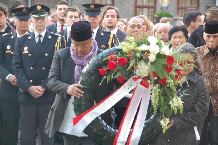 Iwan Faiman dan Wati Soenito membawa karang bunga merah putih