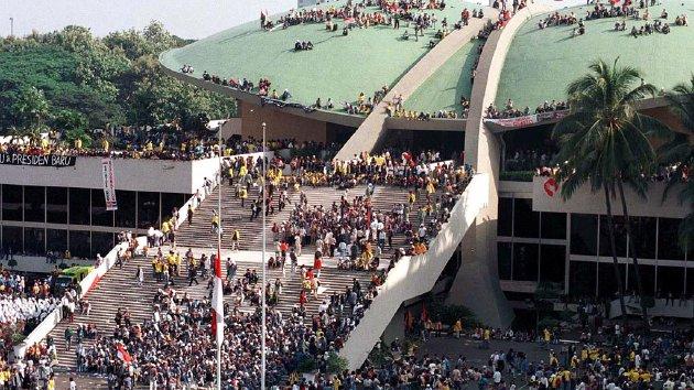 Studenten eisen Soehartos vertrek in het parlement