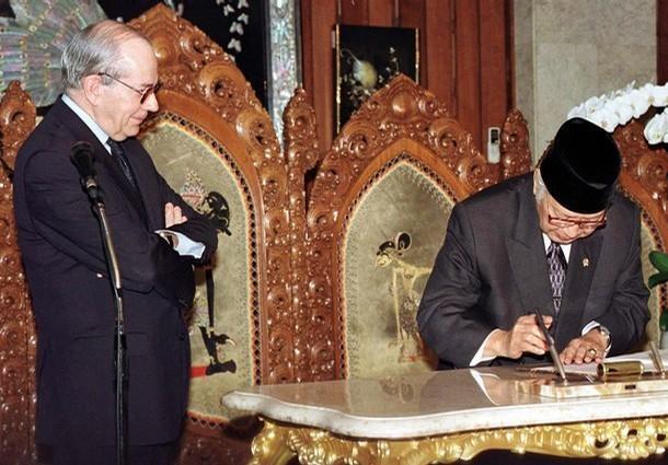 Soeharto tekent voor IMF lening