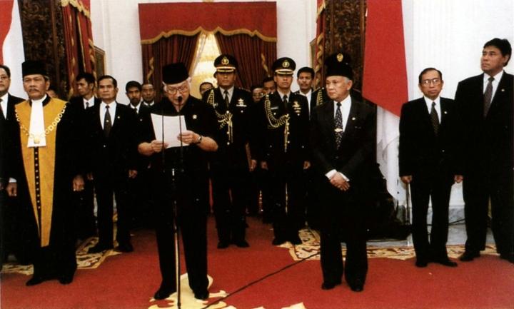 Soeharto kondigt zijn vertrek aan