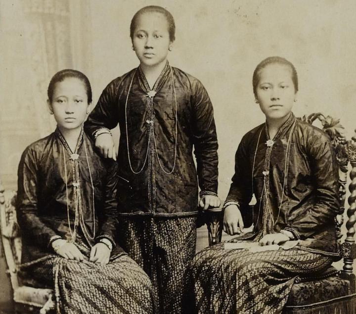 """Kartini diapit oleh dua adiknja jaitu Kardinah (kiri) dan Roekmini (kanan), ketiganja menjebut diri """"het Klaverblad"""" (daun semanggi)"""