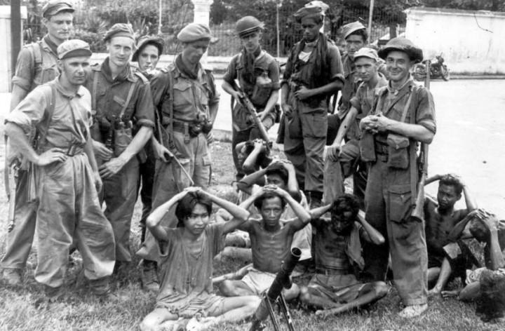 Nederlandse-militairen-met-Indonesische-gevangenen-javapost.nl_-e1455099448398