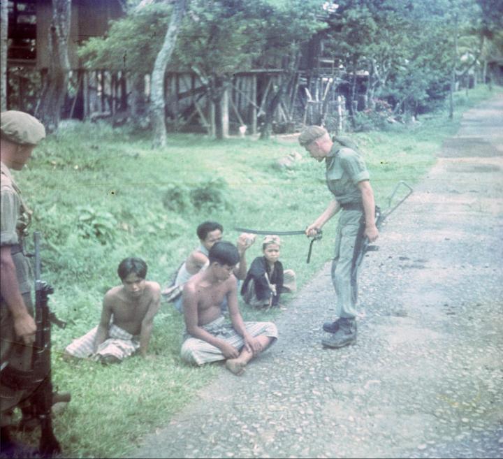 Seorang pradjurit Belanda menanjai beberapa orang pemuda Indonesia di Jarai, Sumatra, 1949. Sumber https://www.volkskrant.nl/binnenland/kabinet-akkoord-met-groot-onderzoek-naar-geweld-indie~a4426593/#&gid=1&pid=9aaf2fec-47f0-400f-8807-4482f84795a4Seorang pradjurit Belanda menanjai beberapa orang pemuda Indonesia di Jarai, Sumatra, 1949. Sumber https://www.volkskrant.nl/binnenland/kabinet-akkoord-met-groot-onderzoek-naar-geweld-indie~a4426593/#&gid=1&pid=9aaf2fec-47f0-400f-8807-4482f84795a4