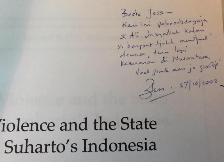 Tandatangan pada buku »Violence and the state«