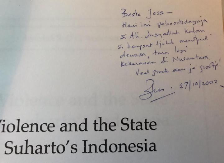 Tandatangan pada buku »Violence and the state«