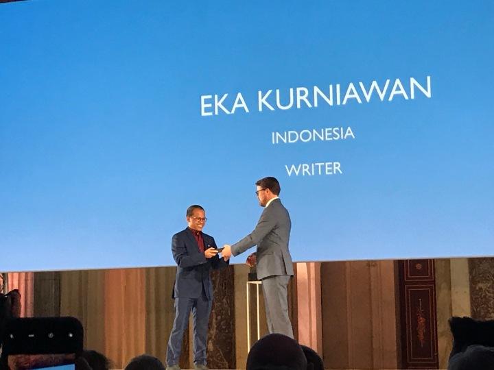Eka Kurniawan menerima hadiah dari pangeran Constantijn (adik radja Belanda)