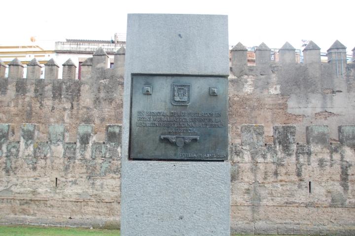 Tembok kota Sevilla dan plakat mengenang korban pembunuhan